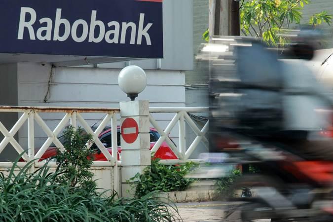 Kendaraan melintas di dekat kantor Rabobank Indonesia jalan Abdul Muis, Jakarta, Sabtu (4/5/2019). - Triawanda Tirta Aditya
