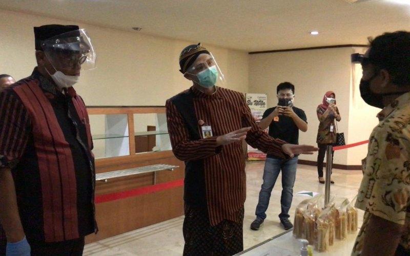 Direktur Utama Bank Jateng Supriyatno (kiri) mendampingi Gubernur Jawa Tengah Ganjar Pranowo saat di sela-sela acara 'Solusi UMKM Hadapi Pandemi' yang diselenggarakan di kantor pusat Bank Jateng, Kamis (2/7/2020) - Istimewa