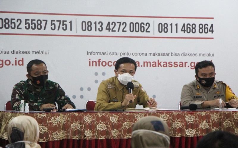 Pj Wali Kota Makassar Rudy Djamaluddin (tengah) mengumumkan perpanjangan pembatasan pergerakan warga untuk keluar atau masuk di wilayahnya pada Senin (27/7/2020) - Istimewa
