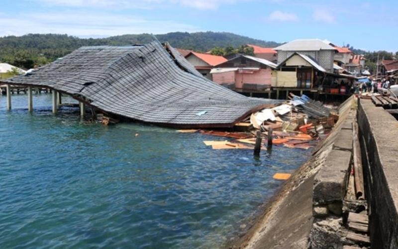Suasana bangunan Pasar Apung Desa Tulehu yang roboh akibat gempa bumi di Ambon, Maluku, Kamis (26/9/2019). Berdasarkan data BMKG, gempa bumi tektonik dengan kekuatan M6,5 tersebut akibat aktivitas sesar aktif lokal. - ANTARA - Izaac Mulyawan