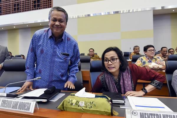 Ilustrasi-Menteri Keuangan Sri Mulyani (kanan) dan Gubernur BI Perry Warjiyo (kiri) saat bersiap mengikuti rapat kerja dengan Badan Anggaran DPR di Kompleks Parlemen Senayan, Jakarta, Kamis (31/5/2018). - ANTARA/Hafidz Mubarak A