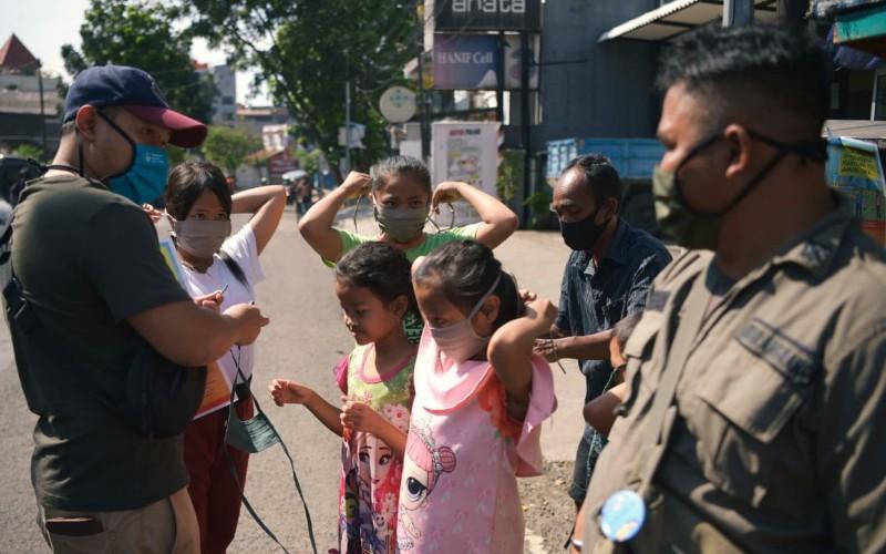 Pembagian masker untuk anak-anak - Bisnis/Wisnu Wage