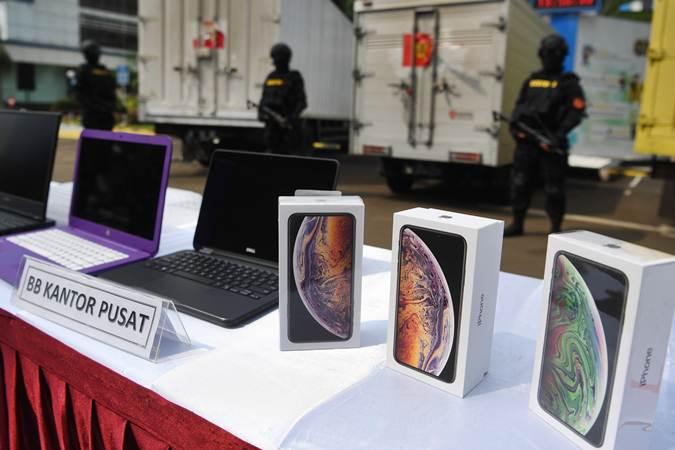 Petugas berjaga saat ungkap kasus penyelundupan barang elektronik ilegal di Kantor Pusat Dirjen Bea dan Cukai, Jakarta, Selasa (30/4/2019). - ANTARA/Wahyu Putro A