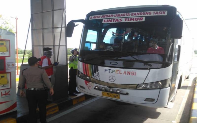 Petugas gabungan memeriksa bus AKAP Pelangi di gerbang tol Kayuagung, OKI, Sumsel. istimewa