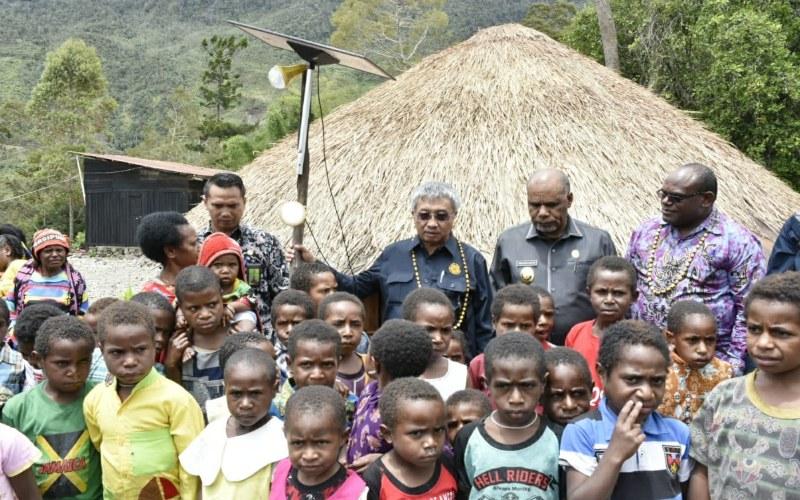 Masyarakat Kabupaten Puncak Jaya dan Paniai di Provinsi Papua mendapatkan bantuan 47.000 Lampu Tenaga Surya Hemat Energi (LTSHE), Maret 2019. Istimewa - Kementerian ESDM