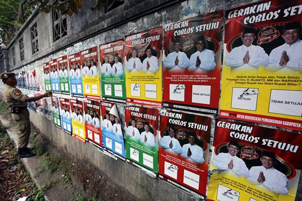 Salah satu pamlet kampanye pasangan calon kepala daerah di salah satu kabupaten di Jawa Timur. Sebanyak 19 kabupaten/kota di Jatim menggelar Pilkada pada 2020 - Antara