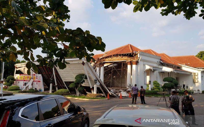 Bagian depan gedung OJK Regional 3 Jawa Tengah, Selasa, ambruk. - ANTARA/ I.C. Senjaya