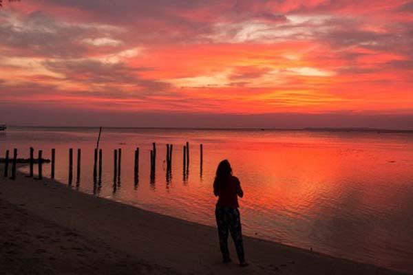 Wisatawan menikmati suasana senja di Pantai Laendra, Desa Kemujan, Karimunjawa, Jepara, Jawa Tengah, Minggu (22/7/2018). - Antara/Aji Styawan