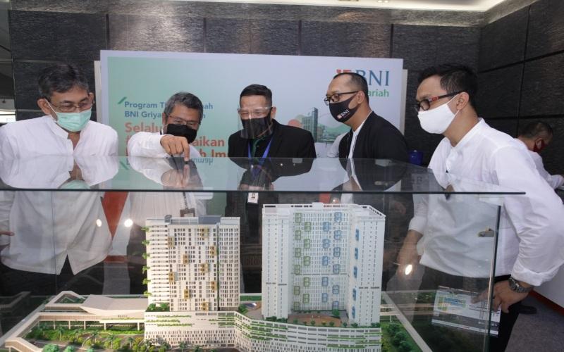 Pemimpin Divisi Pembiayaan Konsumer BNI Syariah, Mochamad Samson (dua dari kiri) dan perwakilan developer ketika membuka pameran pada 13 Juli-17 Juli 2020, di lobi Kantor Pusat BNI Syariah. Istimewa - BNI Syariah