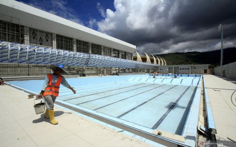 Pekerja menyelesaikan pembangunan venue Aquatic PON XX Papua di Kampung Harapan, Sentani, Kabupaten Jayapura, Papua, Jumat (13/3/2020). ANTARA FOTO - Gusti Tanati