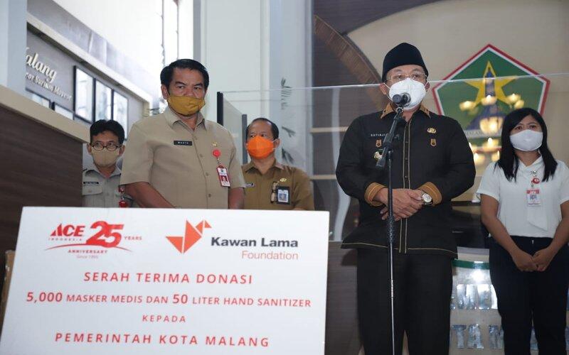Wali Kota Malang Sutiaji (tengah) menerima bantuan APD dari Ace Hardware di Malang, Selasa (28/7/2020). - Istimewa