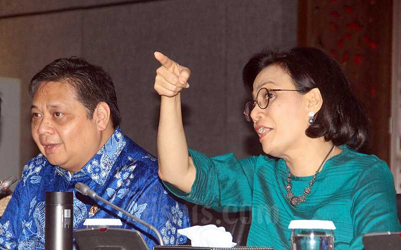 Menteri Keuangan Sri Mulyani Indrawati (kanan) bersama Menteri Koordinator Bidang Perekonomian Airlangga Hartarto memberikan keterangan pers mengenai penanganan dampak Covid-19 di Jakarta, Jumat (13/3/2020). Bisnis - Triawanda Tirta Aditya