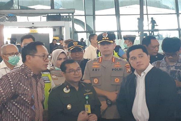 Wakil Menteri BUMN Kartika Wirjoatmodjo (kiri) dan Menteri BUMN Erick Thohir saat kunjungan kerja ke Bandara Soekarno Hatta, Tangerang, Rabu (11/3/2020). - Ilman A. Sudarwan