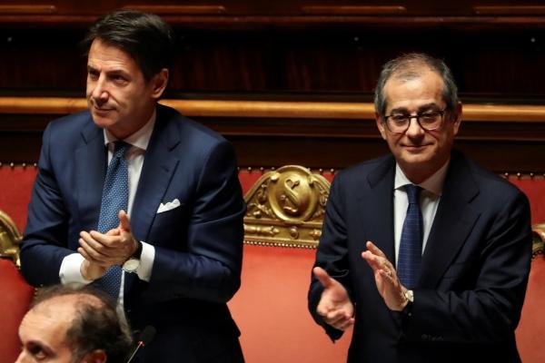 Perdana Menteri (PM) Italia Giuseppe Conte dan Menteri Ekonomi Italia Giovanni Tria menghadiri debat di Senat, Roma, Italia, Rabu (19/12/2018). - Reuters/Tony Gentile