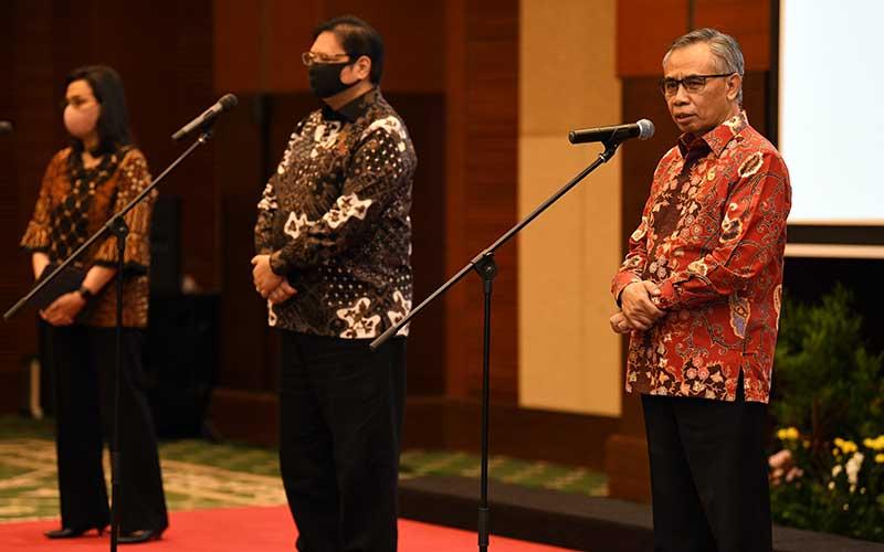 Menteri Keuangan Sri Mulyani (kiri) bersama Menteri Koordinator Perekonomian Airlangga Hartarto (tengah) dan Ketua Dewan Otoritas Jasa Keuangan Wimboh Santoso (kanan) memberikan keterangan pers terkait progam penjaminan pemerintah kepada padat karya dalam rangka percepatan pemulihan ekonomi nasional di Jakarta, Rabu (29/7 - 2020). Bisnis