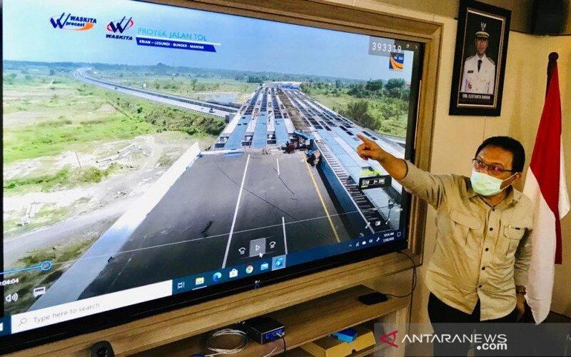 Kepala Dinas PU Bina Marga Jatim Gatot S Hadi saat memaparkan progres pembangunan Tol Krian-Legundi-Bunder (KLB) yang saat ini capaiannya sudah 99 persen. - Antara/Fiqih Arfani