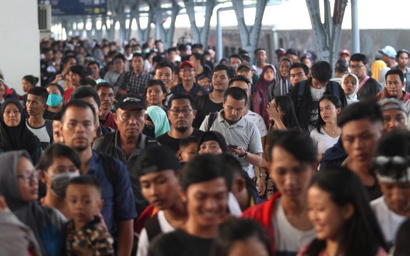 Penumpang kereta api Tawang Jaya Lebaran tiba di Stasiun Pasar Senen, Jakarta, Sabtu (8/6/2019). Pada H3 Lebaran 2019, arus balik pemudik yang tiba di Stasiun Pasar Senen mulai mengalami peningkatan. - ANTARA FOTO/Reno Esnir