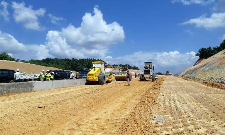 Progres pembangunan konstruksi Jalan Tol Pekanbaru-Dumai pada Kamis (20/2 - 2020). Tol Pekanbaru/Dumai terus dipacu pengerjaannya agar bisa rampung seluruhnya pada April 2020. Hingga 21 Februari 2020 seksi 1 Pekanbaru/Minas sepanjang 9,5 kilometer telah rampung. Bisnis/Agne Yasa.