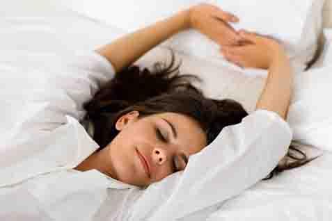 Tidur menggunakan sprei pribadi saat liburan akan membuat diri aman dan nyaman. - ilustrasi