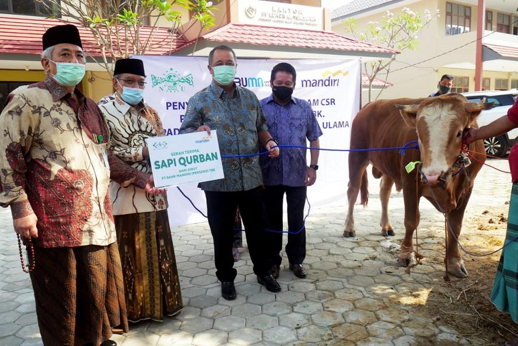 Foto: Penyerahan Sapi Kurban  dilakukan oleh Direktur Utama Bank Mandiri Royke Tumilaar kepada Ketua Umum Pengurus Besar Nahdlatul Ulama (PBNU) KH Said Aqil Siraj di Pondok Pesantren Luhur Al Tsaqafah, Jakarta Selatan, Rabu (29 - 7).