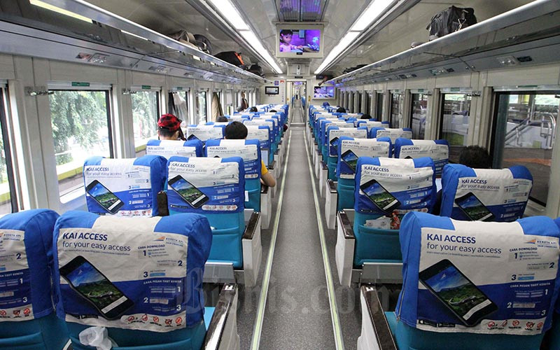 Suasana gerbong kereta Argo Parahyangan jurusan Gambir - Bandung terlihat kosong dari penumpang di Stasiun gambir, Jakarta, Jumat (27/3). Bisnis - Dedi Gunawan