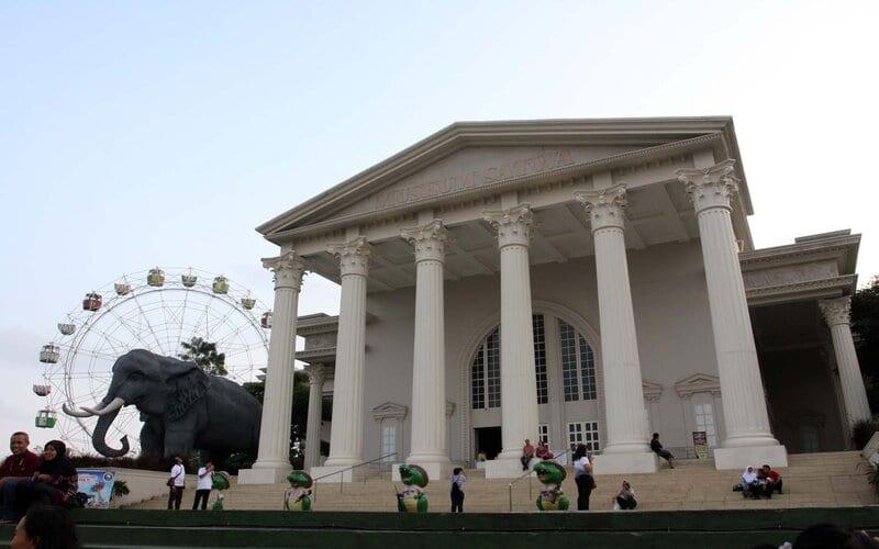 Pengunjung terlihat di depan museum satwa di kota Batu, Jawa Timur, beberapa waktu lalu.  - Bisnis/Paulus Tandi Bone\n