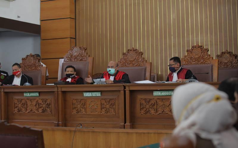 Ketua Majelis Hakim Nazar Effriandi (kedua kanan) memimpin sidang permohonan peninjauan kembali (PK) yang diajukan oleh buronan kasus korupsi pengalihan hak tagih (cessie) Bank Bali, Djoko Tjandra di PN Jakarta Selatan, Jakarta, Senin (6/7/2020). Pengadilan Negeri Jakarta Selatan menunda sidang tersebut karena Djoko Tjandra dikabarkan sakit. ANTARA FOTO - Reno Esnir