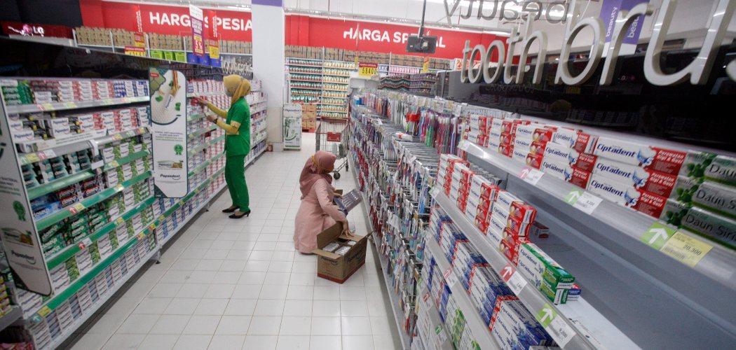Suasana pusat perbelanjaan di Cibinong, Bogor, Jawa Barat, Minggu (7/6/2020). Asosiasi Pengusaha Ritel Indonesia (Aprindo) menyatakan pada masa pandemi COVID-19 omzet penjualan peretail hilang 85 persen hingga 90 persen, terutama pada gerai-gerai yang berada dalam mal dan terdampak penutupan akibat PSBB. - ANTARA FOTO/Yulius Satria Wijaya