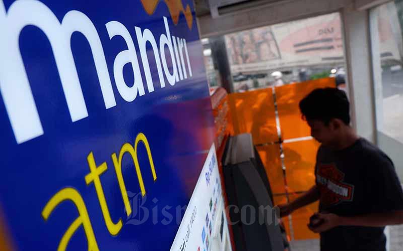 Nasabah melakukan transaksi elektronik lewat ATM Bank Mandiri di Jakarta, Senin (1/10/2019). Hari ini, Rabu (29/7/2020), saham BMRI terkoreksi 2,56 persen. Bisnis - Nurul Hidayat