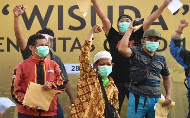 Sejumlah pasien meluapkan ekspresinya saat wisuda Covid-19 di halaman Rumah Sakit Lapangan, Surabaya, Jawa Timur, Selasa (28/7/2020). Berdasarkan data Satgas penanganan Covid-19 menyatakan jumlah pasien sembuh di Jawa Timur pada (28/7) sebanyak 401 pasien sehingga total pasien yang dinyatakan sembuh tercatat 13.081 orang. - Antara/Zabur Karuru