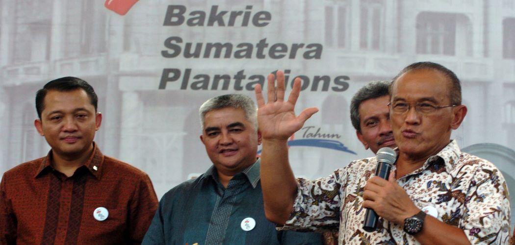 Pengusaha Aburizal Bakrie (pegang mik) berpidato pada puncak peringatan 100 Tahun Bakrie Sumatera Plantations (UNSP) pada 2011. - Antara/Audy Alwi.