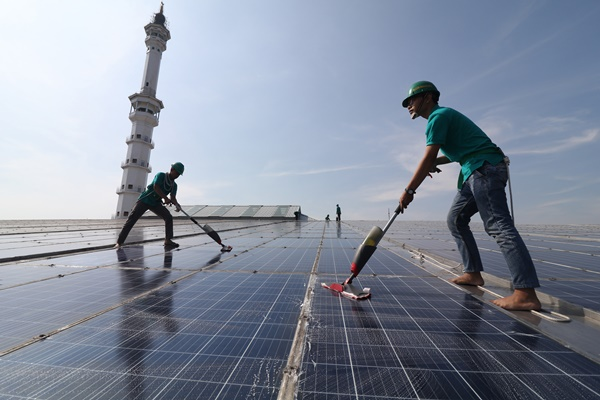 Ilustrasi pembangkit listrik tenaga surya./Antara - Prasetia Fauzani