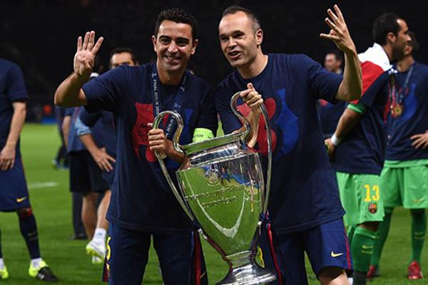 Mantan kapten pertama FC Barcelona Xavi Hernandez (kiri) dan mantan kapten kedua Andres Iniesta bersama trofi Liga Champions Eropa pada 2015. - Daily Mail