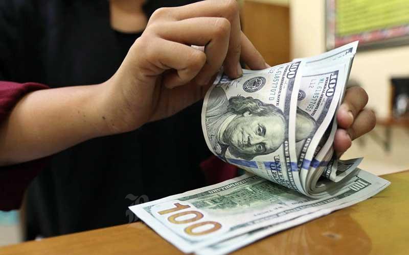 Karyawan menghitung uang dolar Amerika Serikat (AS) di salah satu gerai penukaran mata uang asing di Jakarta, Rabu (22/7/2020). Bisnis - Eusebio Chrysnamurti