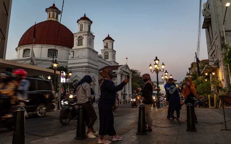 Sejumlah pengunjung menikmati suasana senja di sekitar GBIP Immanuel atau Gereja Blenduk di tengah pandemi Covid-19 di Kawasan Kota Lama Semarang, Jawa Tengah, Senin (27/7/2020). - Antara/Aji Styawan