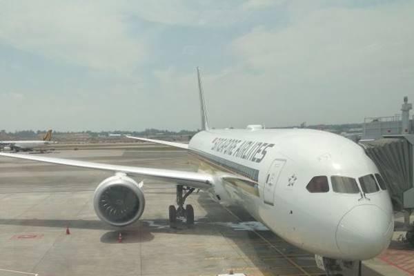 Pesawat Boeing 787-10 milik maskapai Singapore Airlines tiba di Bandar  Udara Changi Singapura, Rabu (28/3). Pesawat tersebut  produksi pabrik di North Charleston, South Carolina. - JIBI/Saeno Abdi