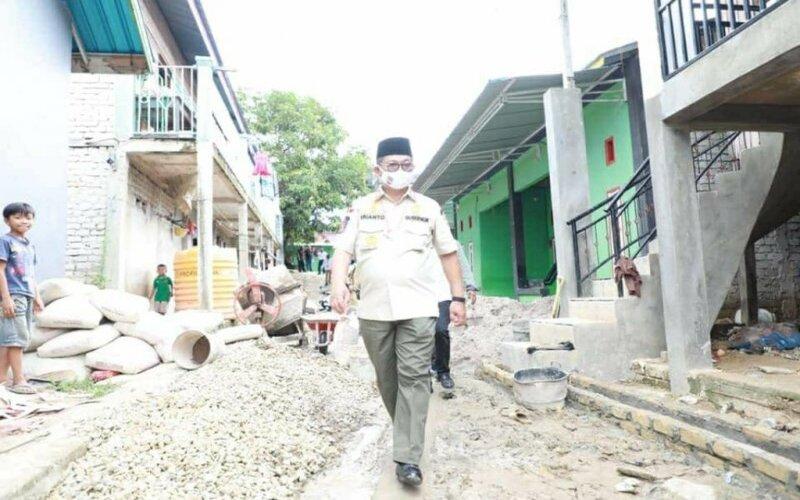 Gubernur Irianto meninjau jalan padat karya, Rabu (29/7/2020). - Antara