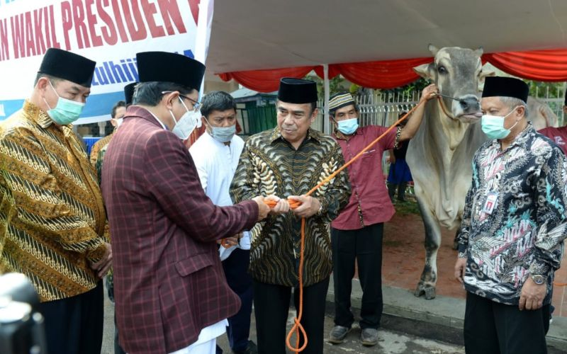 Menteri Agama Fachrul Razi menyerahkan hewan kurban Presiden Joko Widodo dan Wakil Presiden Ma'ruf Amin kepada Imam Besar Masjid Istiqlal K.H. Nasaruddin Umar, Kamis (30/7/2020). - Biro Pers Sekretariat Prediden - Kris