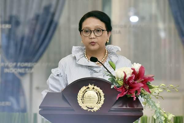 Menteri Luar Negeri Retno LP Marsudi memberikan keterangan seusai bertemu dengan duta besar negara-negara Organisasi Kerjasama Islam (OKI) di Gedung Pancasila, Kemenlu, Jakarta, Selasa (25/7). - ANTARA/Wahyu Putro A