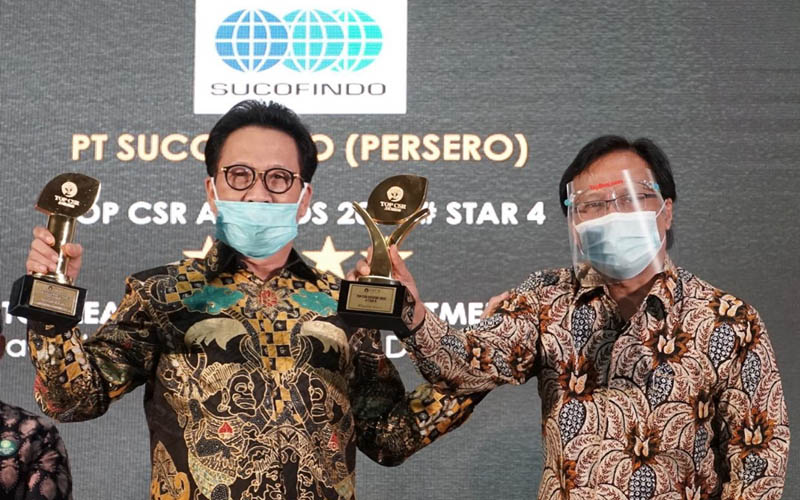 Direktur Utama Sucofindo Bachder Djohan Buddin (kiri) saat menerima penghargaan dalam ajang Top CSR 2020. - Dok. Istimewa