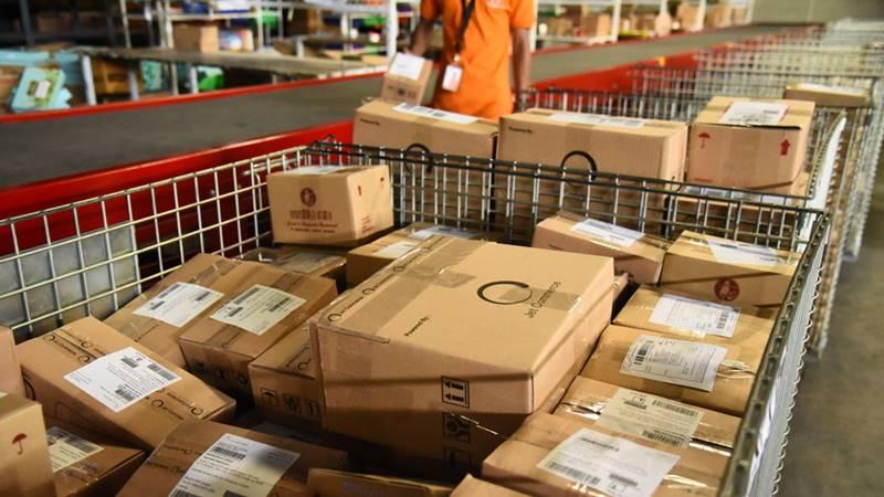 Ilustrasi suasana pengelolaan barang pesanan di gudang platform e-commerce.  - Dok. Jet Commerce