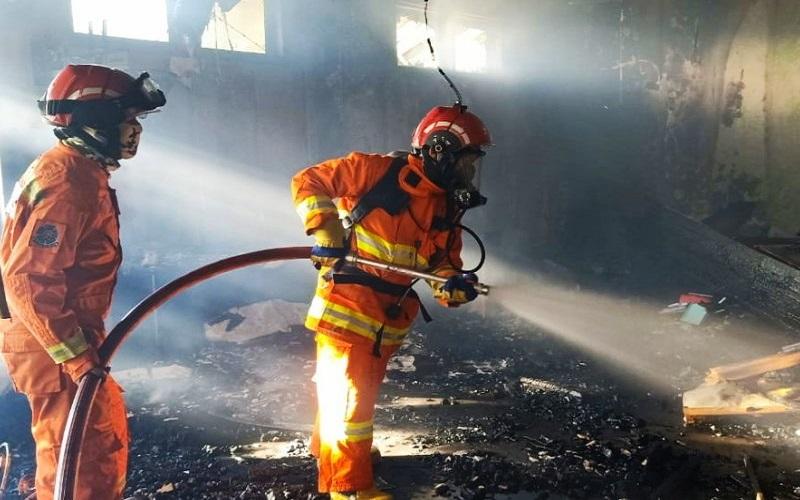 Sejumlah petugas Pemadam Kebakaran melakukan proses pendinginan api usai membakar gedung Dinas Kesehatan Provinsi Sulsel di jalan Perintis Kemerdekaan, Makassar, Sulawesi Selatan, Kamis (30/7/2020) - Antara