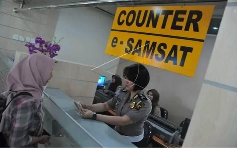 Petugas Samsat sedang melayani warga urus pajak kendaraan bermotor. - Antara