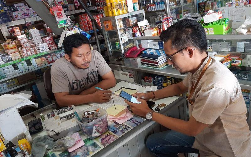 Ilustrasi - Karyawan BRI Syariah tengah menggunakan aplikasi i-Kurma saat berinteraksi dengan nasabah.  - Dokumen BRI Syariah