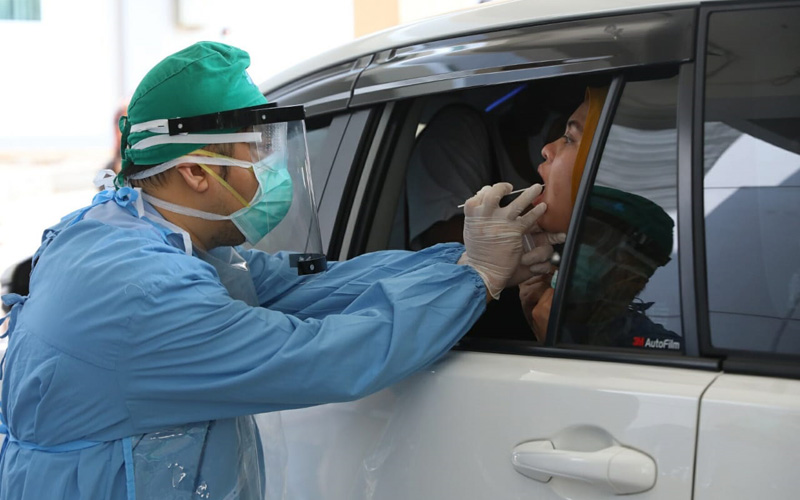 Petugas mengambil sampel lendir saat Tes PCR di Rumah Sakit Nasional Diponegoro (RSND) Undip Semarang, Rabu (22/4/2020). - Istimewa