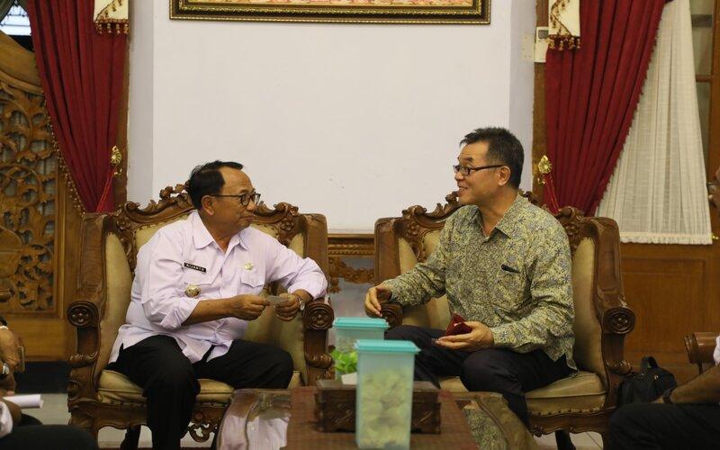 Bupati Blitar Rijanto (kiri) menemui Bupati Rijanto menemui Konsul Jenderal (Konjen) Jepang untuk Indonesia yang bertugas di kantor Konjen tingkat Provinsi Jawa Timur di Surabaya, Masaki Tani, di Pendapa Ronggo Hadi Negoro (RHN) Pemerintah Kabupaten (Pemkab) Blitar, Rabu (22/01 - 2020).