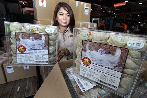 Petugas memeriksa kemasan sarang burung walet siap ekspor ke China, di Bandara Soekarno Hatta, Tangerang, Banten, Kamis (29/1/2015). - Antara/Rivan Awal Lingga