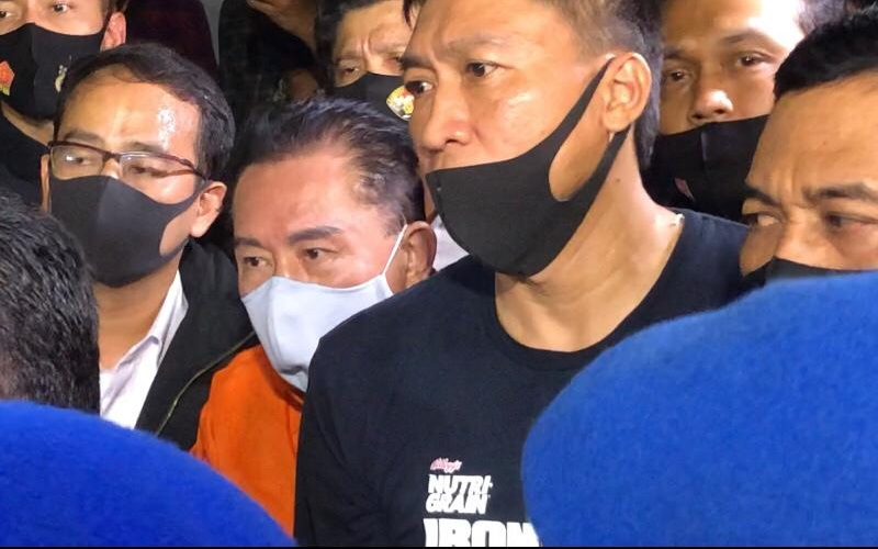 Buronan Djoko Soegiharto Tjandra tiba di Bandara Halim Perdanakusuma sekitar pukul 22.39 WIB dengan menumpangi pesawat The Grace dari Malaysia, Kamis (30/7/2020). Djoko digiring aparat dengan mengenakan baju tahanan berwarna orange dan tangan diborgol - Bisnis.com - Sholahuddi Al Ayubbi.