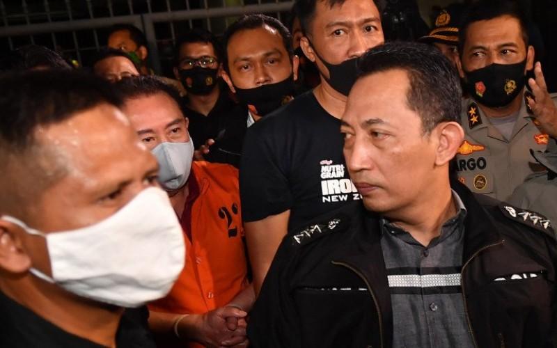 Kepala Bareskrim Polri (tengah) Komjen Listyo Sigit Prabowo menunjukkan buronan kasus korupsi pengalihan hak tagih (cessie) Bank Bali Djoko Tjandra (kedua kiri) yang ditangkap di Malaysia setibanya di Bandara Halim Perdanakusuma, Jakarta, Kamis (30/7/2020)/Antara Foto-Nova Wahyudi - pras.