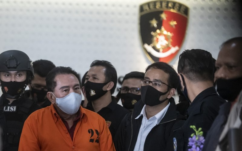 Buronan kasus korupsi pengalihan hak tagih (cessie) Bank Bali Djoko Tjandra (kedua kiri) yang ditangkap di Malaysia ditunjukkan kepada media saat konferensi pers di kantor Bareskrim Mabes Polri, Jakarta, Kamis (30/7/2020)/Antara Fotor-Muhammad Adimaja - aww